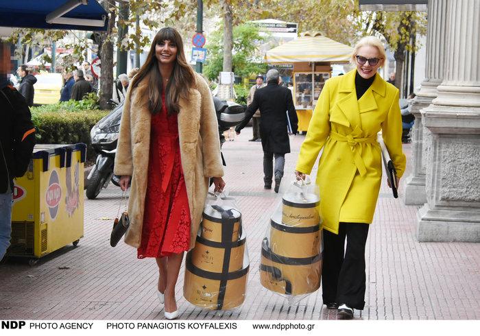 Παπαγεωργίου και Χριστοπούλου με τα κουτιά των Beauty Stars III by Madame Figaro, μετά το launch party που έλαβε χώρα το πρωί της Δευτέρας στο Athénée Athens και σηματοδότησε την αρχή του πιο viral διαγωνισμού ομορφιάς, που φέτος διοργανώνεται για 3η χρονιά από την Madame Figaro.