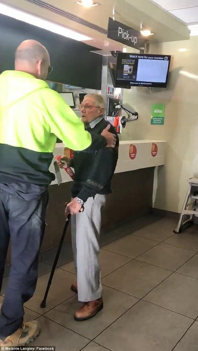 Πλήρωσε γεύμα συνταξιούχου
