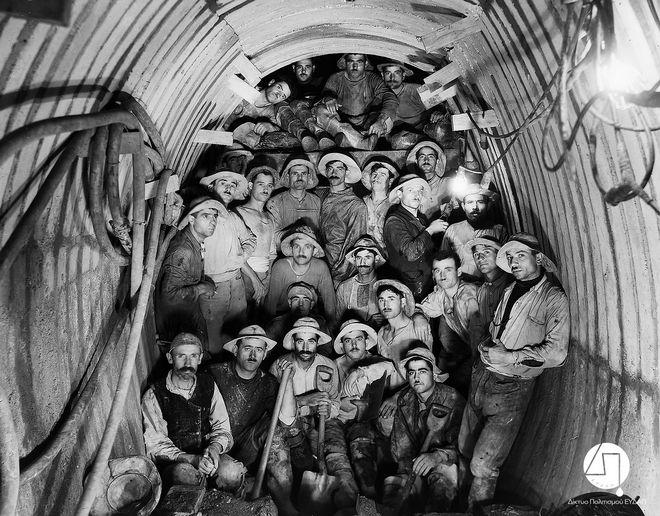 Συνεργείο που εργάστηκε στη διάνοιξη της Σήραγγας Μπογιατίου, σε αναμνηστική φωτογραφία ΙΣΤΟΡΙΚΟ ΑΡΧΕΙΟ ΕΥΔΑΠ