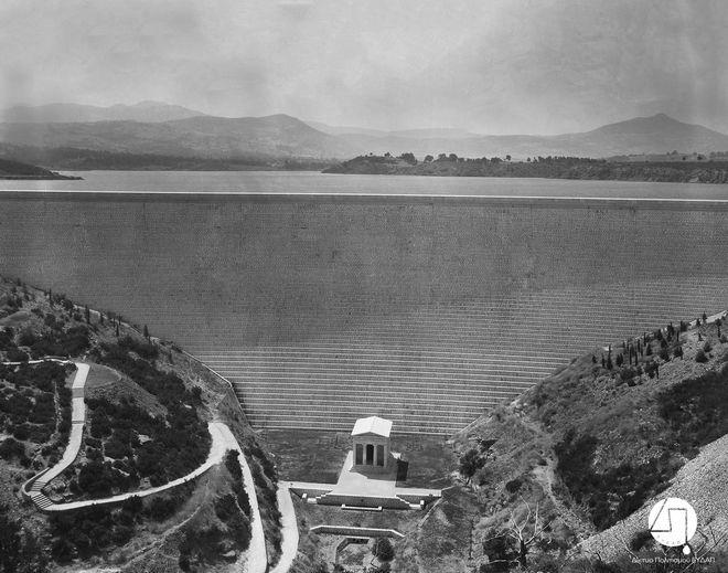 Άποψη του Φράγματος και του κτίσματος, αντιγράφου του Θησαυρού των Αθηναίων, περίπου 1931 ΙΣΤΟΡΙΚΟ ΑΡΧΕΙΟ ΕΥΔΑΠ