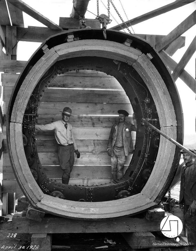 Μηχανικός και εργάτης του έργου φωτογραφίζονται στο μεγάλο μεταλλικό δακτύλιο που χρησιμοποιήθηκε για την κατασκευή της Σήραγγας του Μπογιατίου, 1928 ΙΣΤΟΡΙΚΟ ΑΡΧΕΙΟ ΕΥΔΑΠ