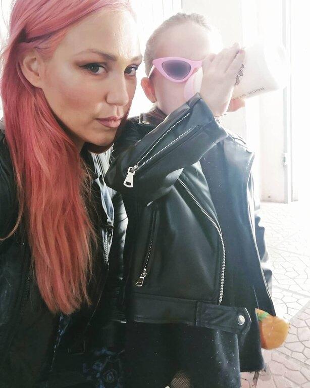 Η Λυδία, η μεγάλη κόρη της Πηνελόπης Αναστασοπούλου είναι rock από κούνια και έχει ήδη άποψη για το στυλ της.