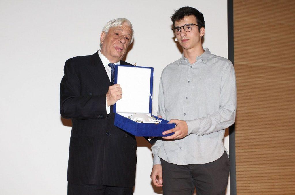 Ο Στέργιος Μικρούτσικος παραλαμβάνει το βραβείο του πατέρα του για τη συνολική του προσφορά στη μουσική από τον Πρόεδρο της Δημοκρατίας Προκόπη Παυλόπουλο στο Μουσείο Μπενάκη.
