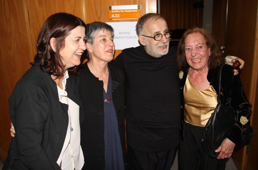 Μαρία Παπαγιάννη, Κοραλία Σωτηριάδου, και Ειρήνη Ιγγλέση: Ο Θάνος Μικρούτσικος πλαισιώνεται από τη γυναίκα της ζωής του και τις πρώην συζύγους του.