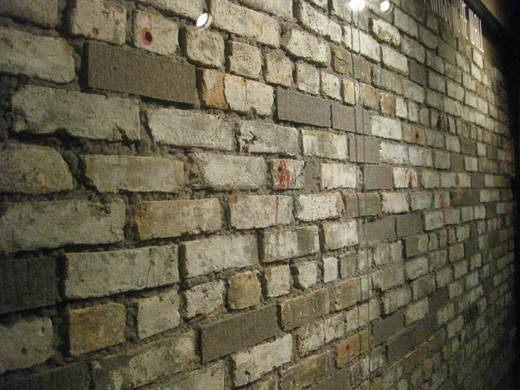 Ο αιματοβαμμένος τοίχος από την αποθήκη όπου έγινε το μακελειό