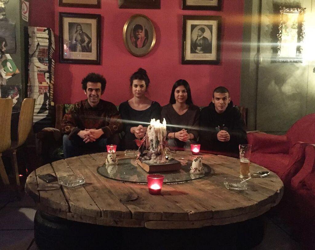 Και τα τέσσερα παιδιά του τραγουδιστή. Από τα αριστερά προς τα δεξιά, ο Πέτρος, η Λυδία, η Γραμμένη και ο Γιάννης (πηγή φωτογραφίας: Instagram @grammeni_malama)