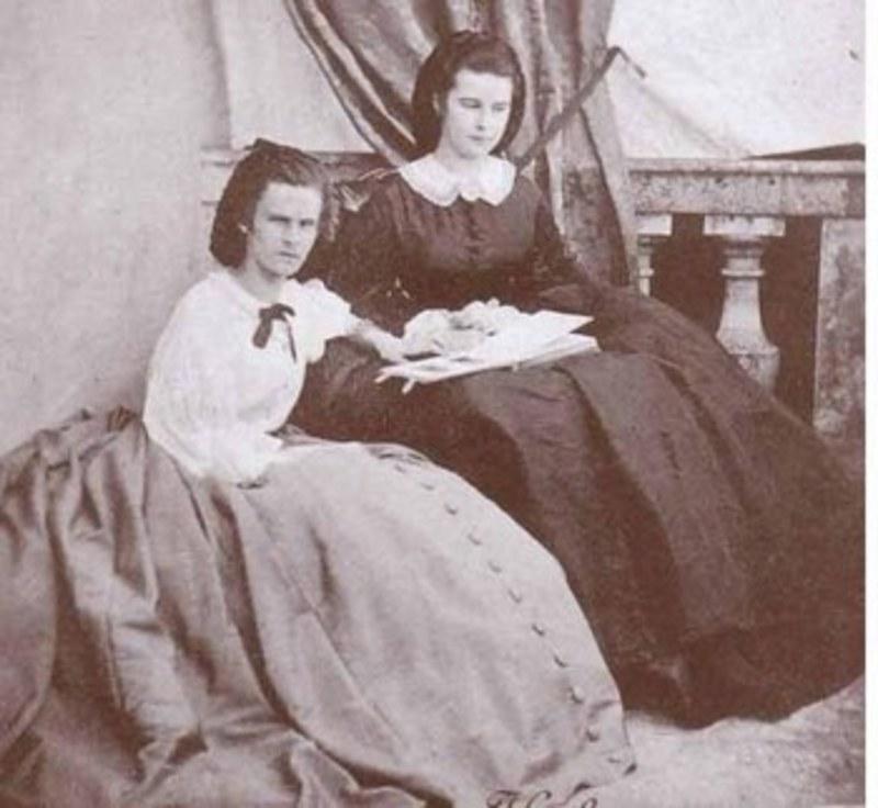 Με την αδελφή της Νένε