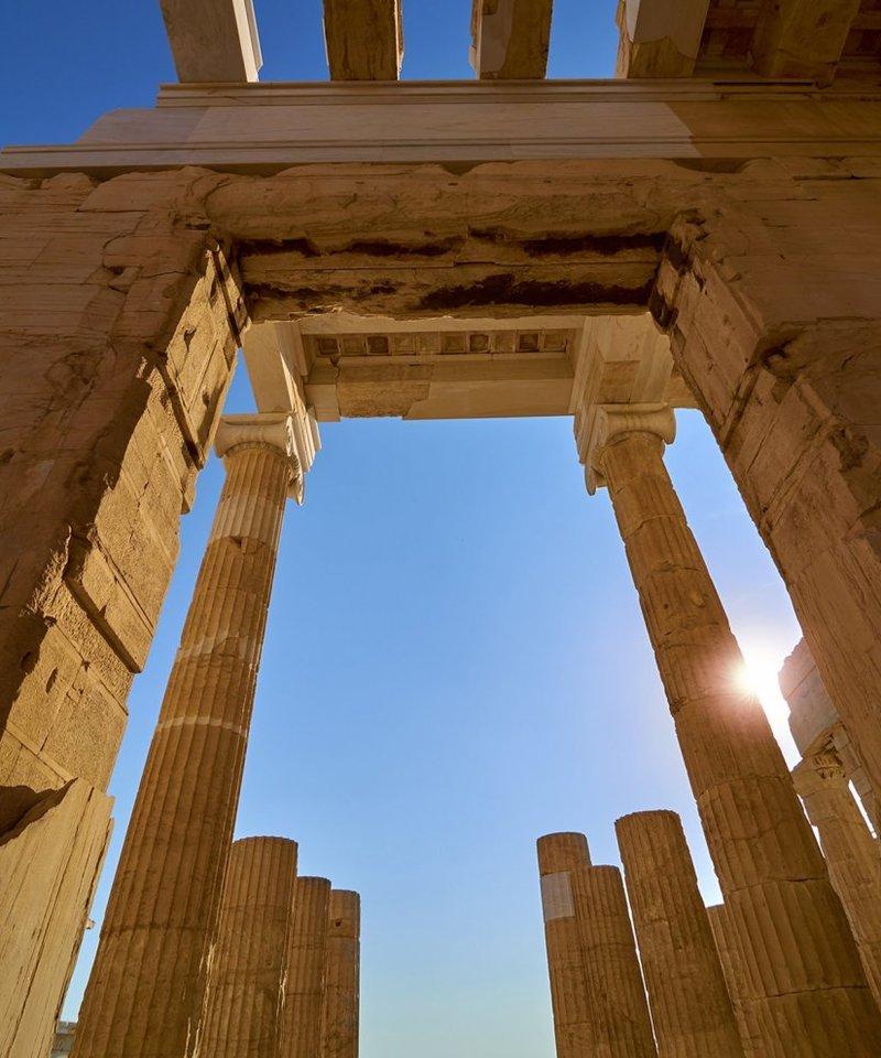 Τοποθετημένος επιβλητικά στην κορυφή του λόφου της Ακρόπολης, ο Παρθενώνας χτίστηκε στα μέσα του 5ου αιώνα π.Χ. για να στεγάσει το μνημειώδες χρυσό άγαλμα της Αθηνάς.