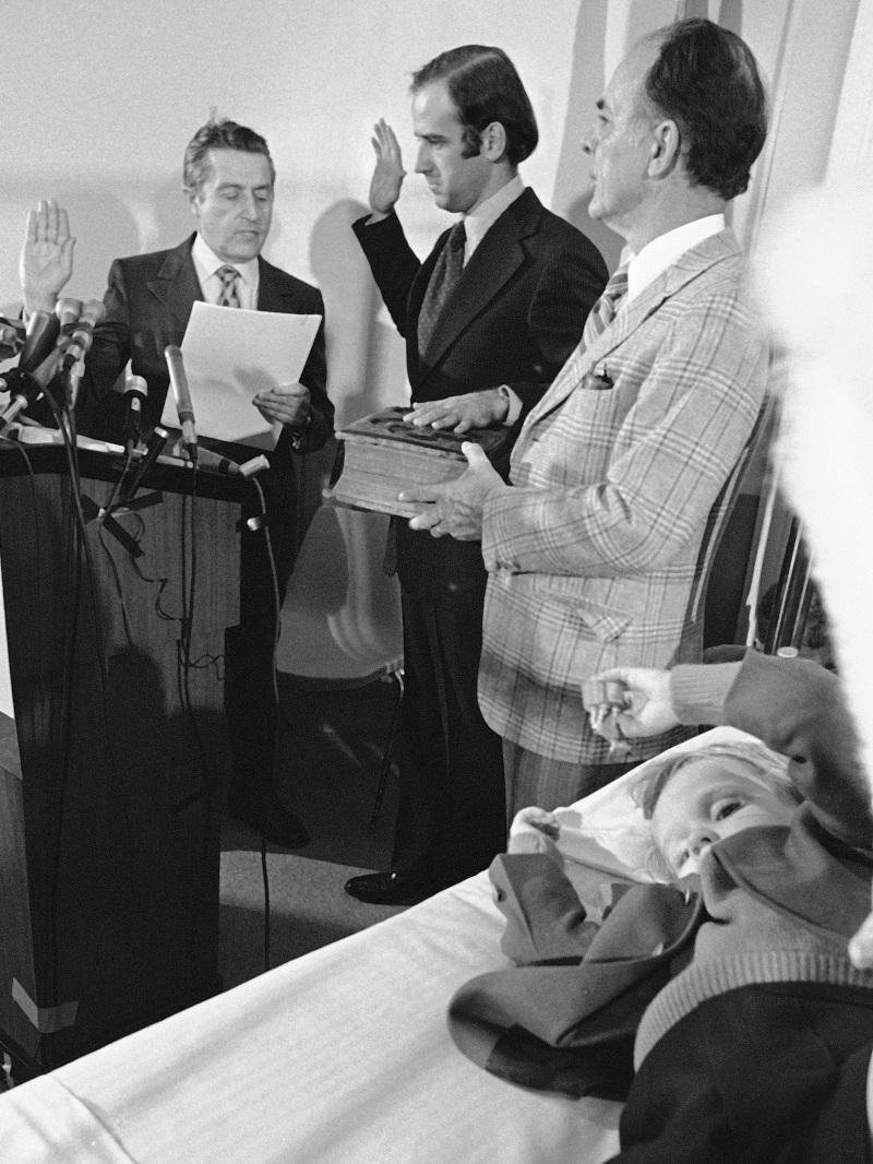 Ο Τζο Μπάιντεν ορκίζεται γερουσιαστής δίπλα στον γιο του, έναν μήνα μετά τον θάνατο της συζύγου του και της κόρης τους