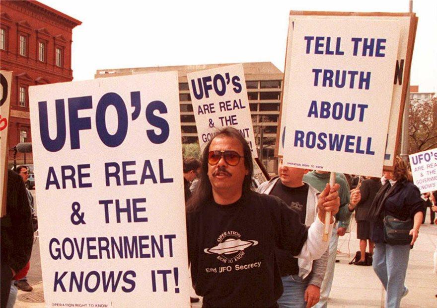 Φανατικοί υποστηρικτές των ΑΤΙΑ διαδηλώνουν συχνά στο Ρόσγουελ.