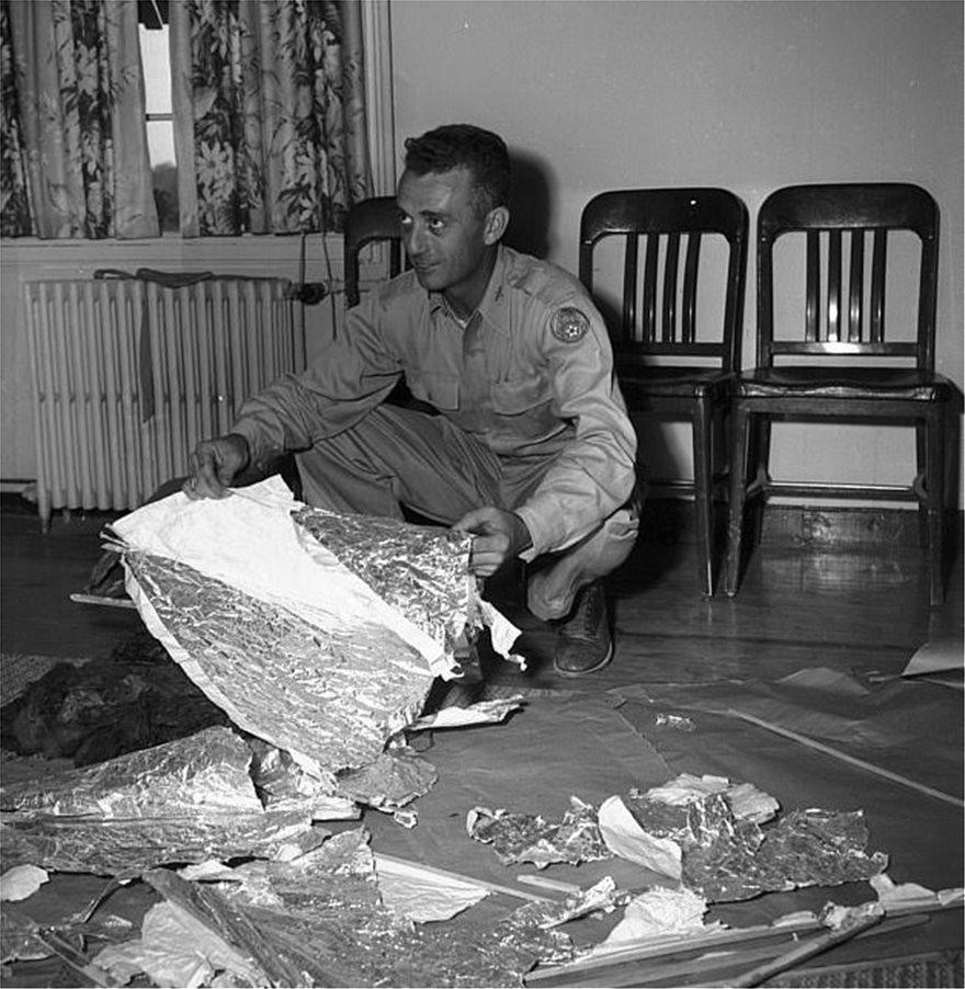 Ο ταγματάρχης Τζέσε Μάρσαλ εξετάζει τα συντρίμμια που βρέθηκαν στο Ρόσγουελ.