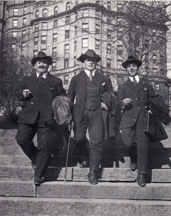 O Τόφαλος στην Αμερική εκτός από τις άλλες ασχολίες του έγινε προπονητής και μάνατζερ του Λόντου. Φωτογραφία τους το 1920. Αριστερά ο Τόφαλος, στο κέντρο ο Λόντος