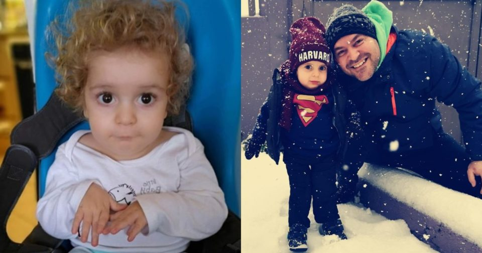 Ο μικρός ήρωας Παναγιώτης-Ραφαήλ απολαμβάνει το χιόνι.