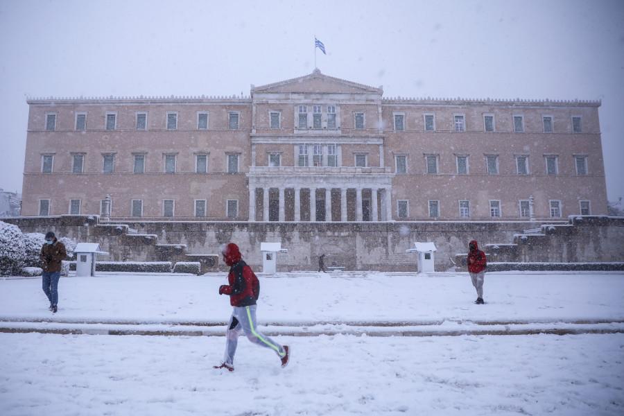 Φωτογραφίες από τη χιονισμένη Αθήνα.