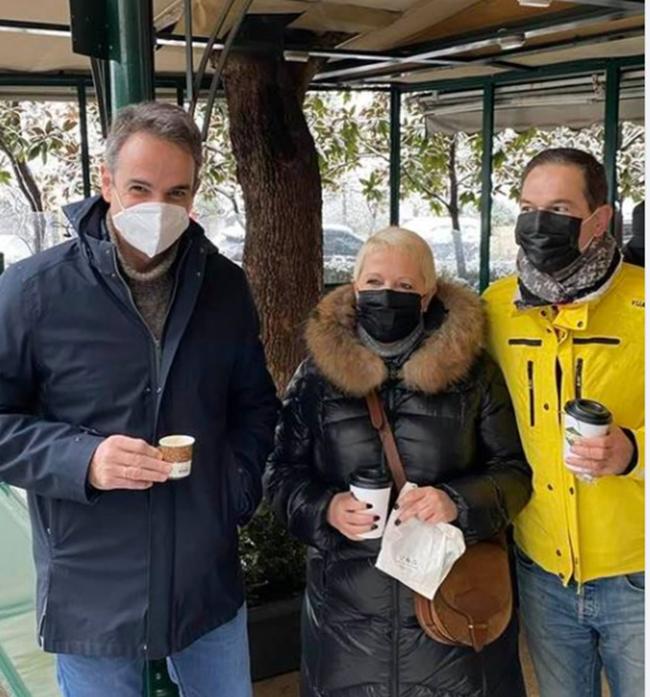 Ο take away καφές του Κυριάκου Μητσοτάκη, με δημοσιογράφους.