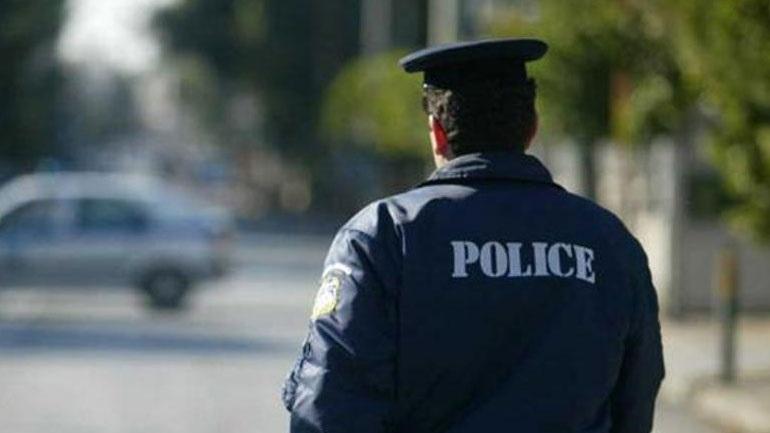 Νεαρός μαχαίρωσε αστυνομικό στην περιοχή του Λουτρακίου.