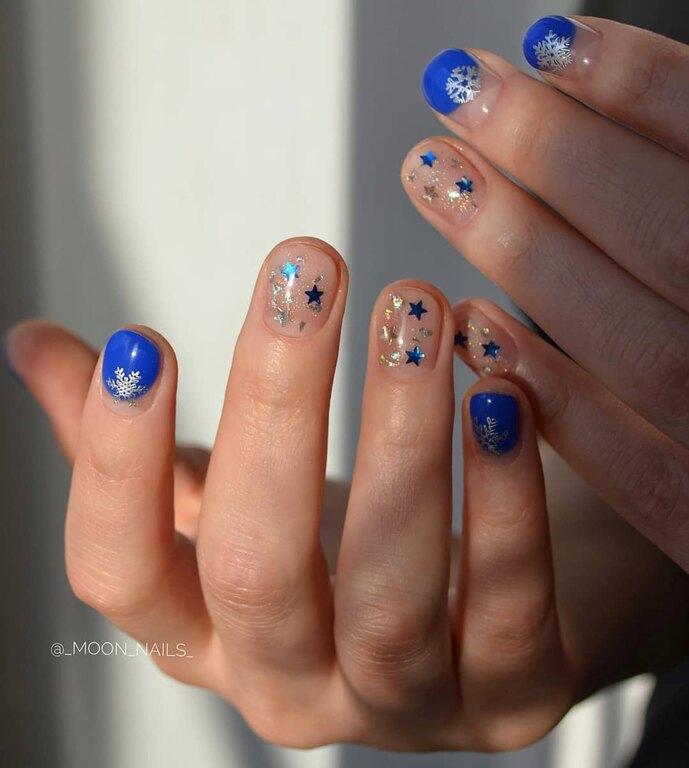Μπλε μανικιούρ στα νύχια
