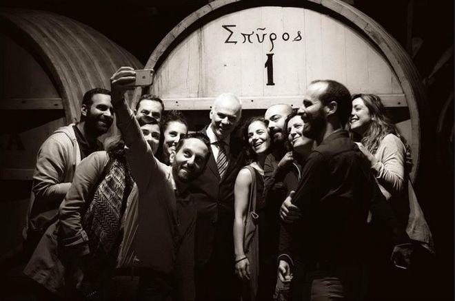 Με τον σημερινό METAXA Master, Κωνσταντίνο Ράπτη, μπροστά από το πρώτο βαρέλι στο κελάρι που φέρει το όνομα του ιδρυτή της εταιρίας