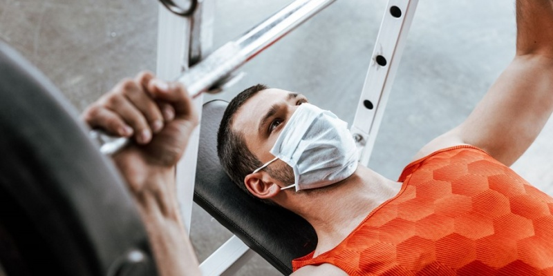 Επιστήμονες προτείνουν χρήση μάσκας για άσκηση στα γυμναστήρια, λόγω κορωνοϊού.