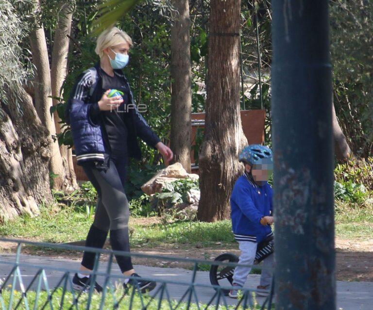 Η βόλτα των Σία Κοσιώνη και Κώστα Μπακογιάννη, με τα παιδιά τους.
