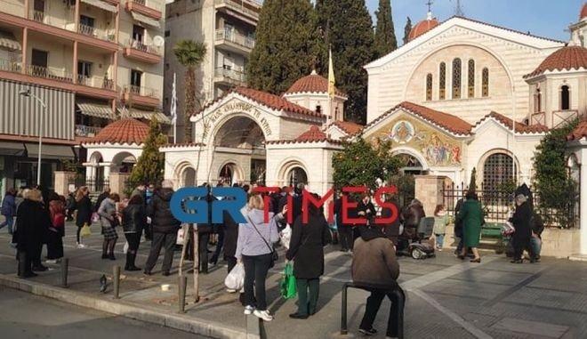 Συνωστισμός από άτομα έξω από την εκκλησία.