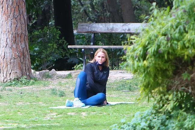 Εκγύμναση Τζένης Μπαλατσινού: Έκανε στην άκρη το καρότσι και άρχισε τη γυμναστική.