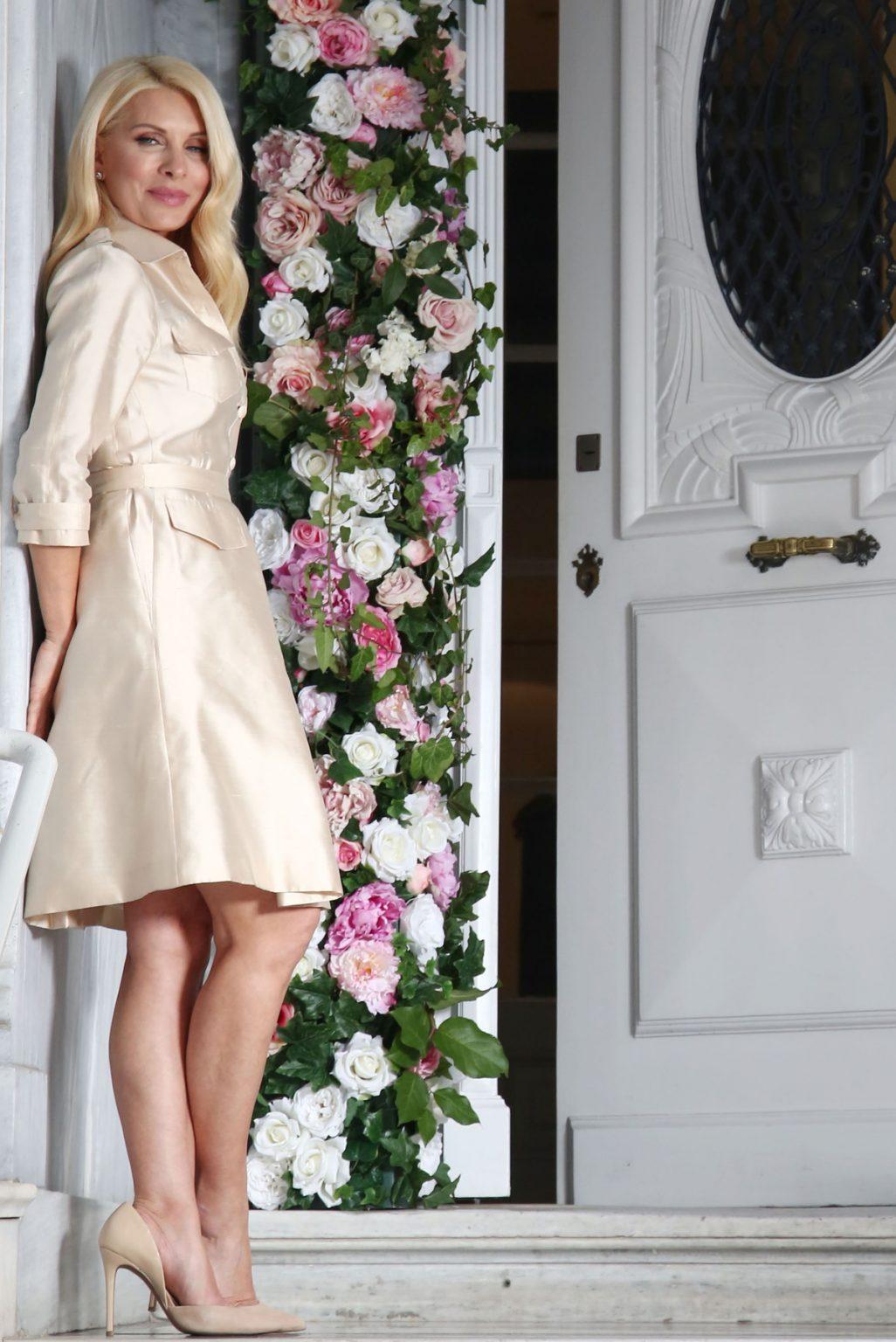 Ρούχα Ελένης Μενεγάκη: Το φόρεμα της Σήλιας Κριθαριώτη που φόρεσε.
