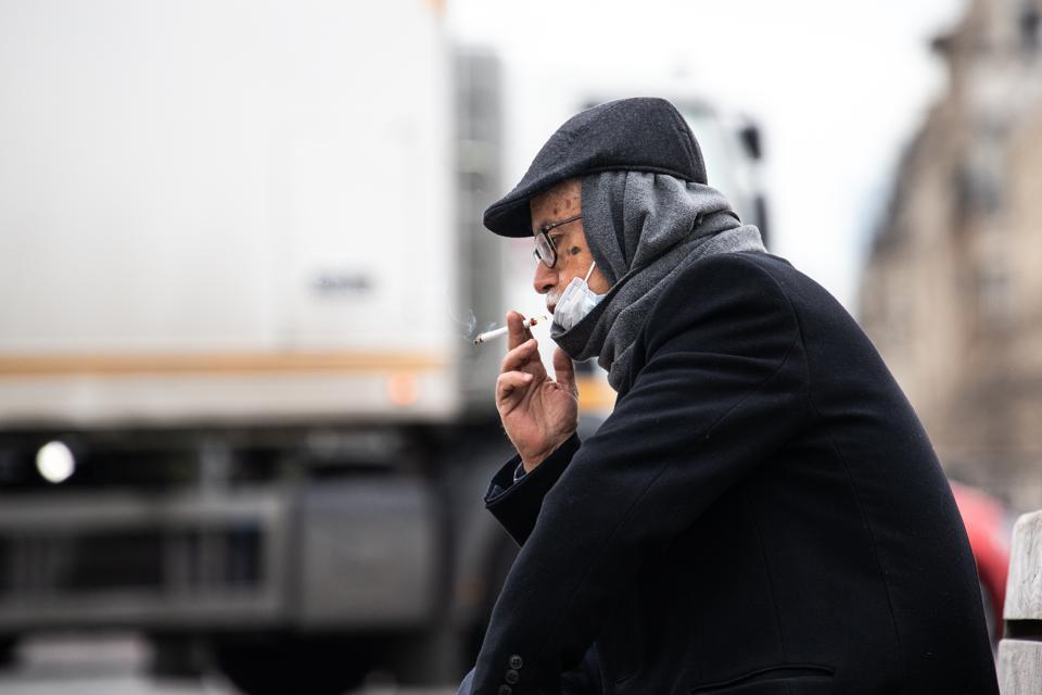 τσιγάρο και μάσκα