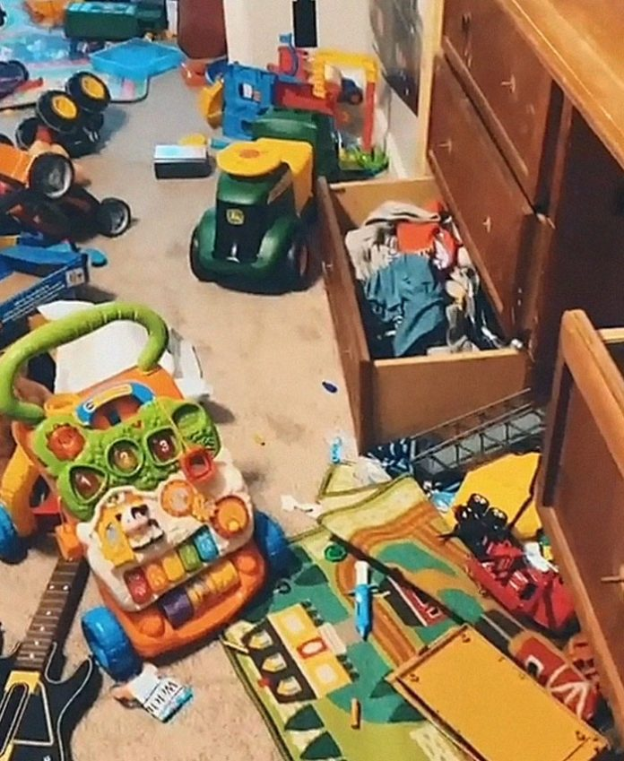 Πέταγμα παιχνιδιών στα σκουπίδια από μητέρα 2χρονου παιδιού.