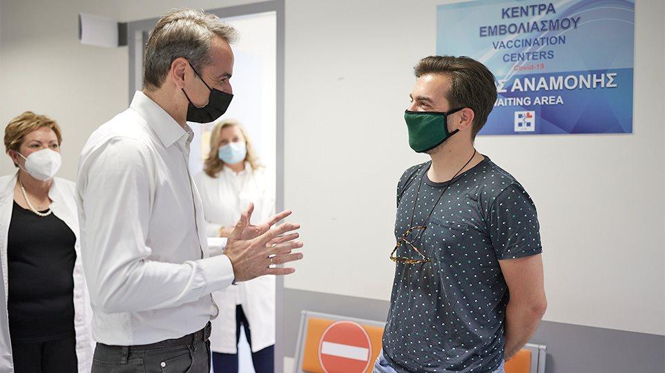 Πρωθυπουργός Κυριάκος Μητσοτάκης και 38χρονος που έκανε το εμβόλιο