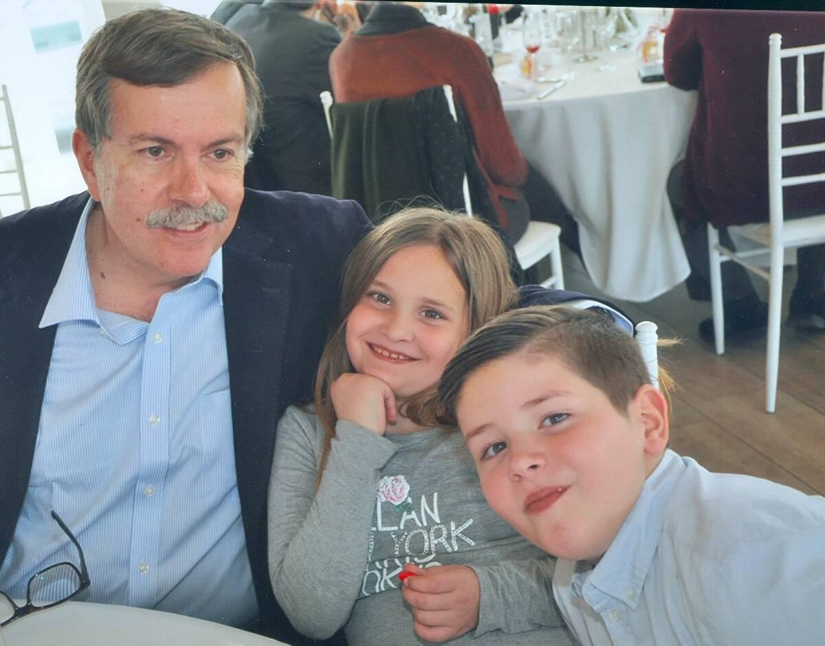 Ο Κώστας Τσίπηρας με την κόρη και τον γιο του