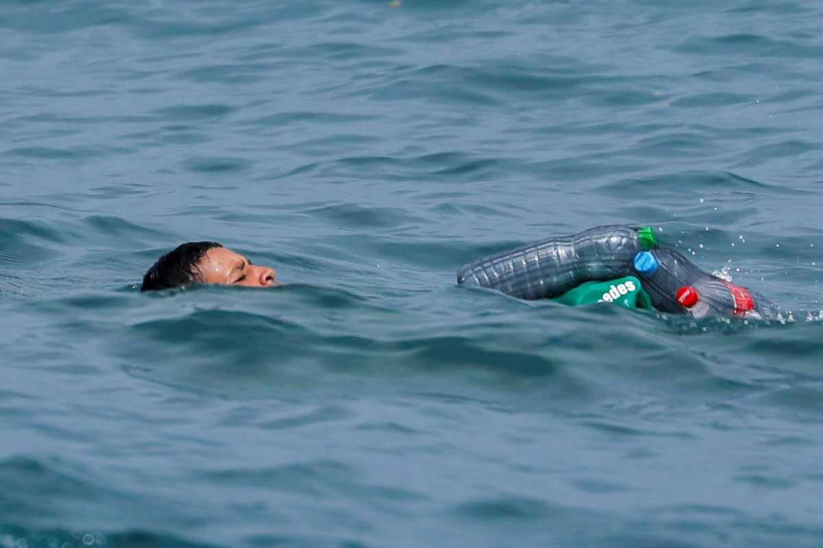Περιστατικό μικρού πρόσφυγα: Επιπλέει χάρη σε μερικά μπουκάλια.