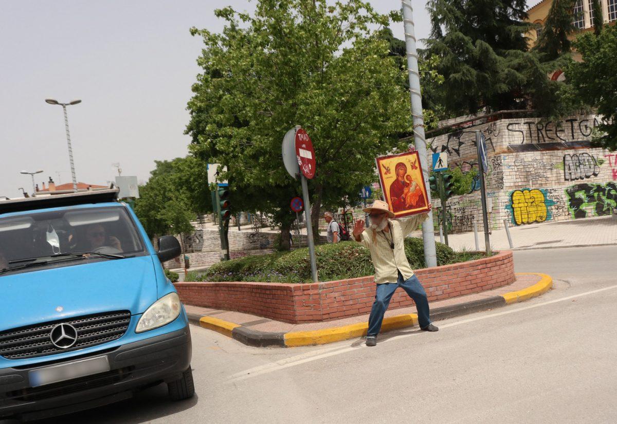 Λάρισα: Άνδρας βγήκε στους δρόμους, υψώνοντας την εικόνα της Παναγίας.