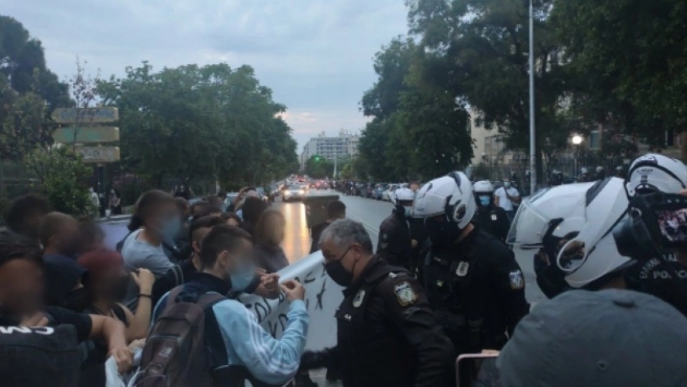 Αστυνομικοί πιάνουν δημοσιογράφο από το λαιμό.
