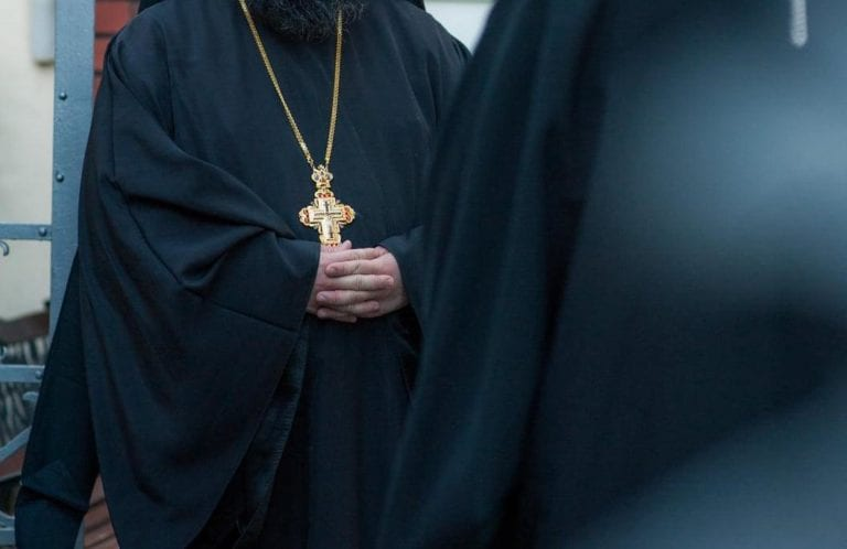88χρονος ιερέας σκότωσε γάτα..