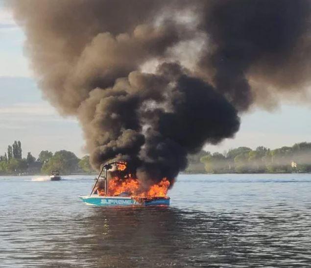 φλόγα σε σκάφος από μετά από bulllying για σημαία υπερηφάνειας
