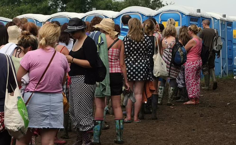 Ουρά για γυναικείες τουαλέτες σε φεστιβάλ