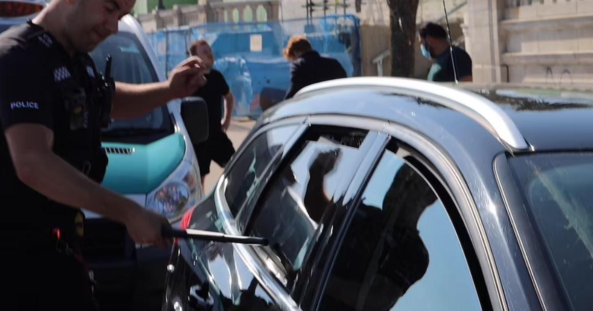 αστυνομικός σώζει σκυλιά στο αυτοκίνητο