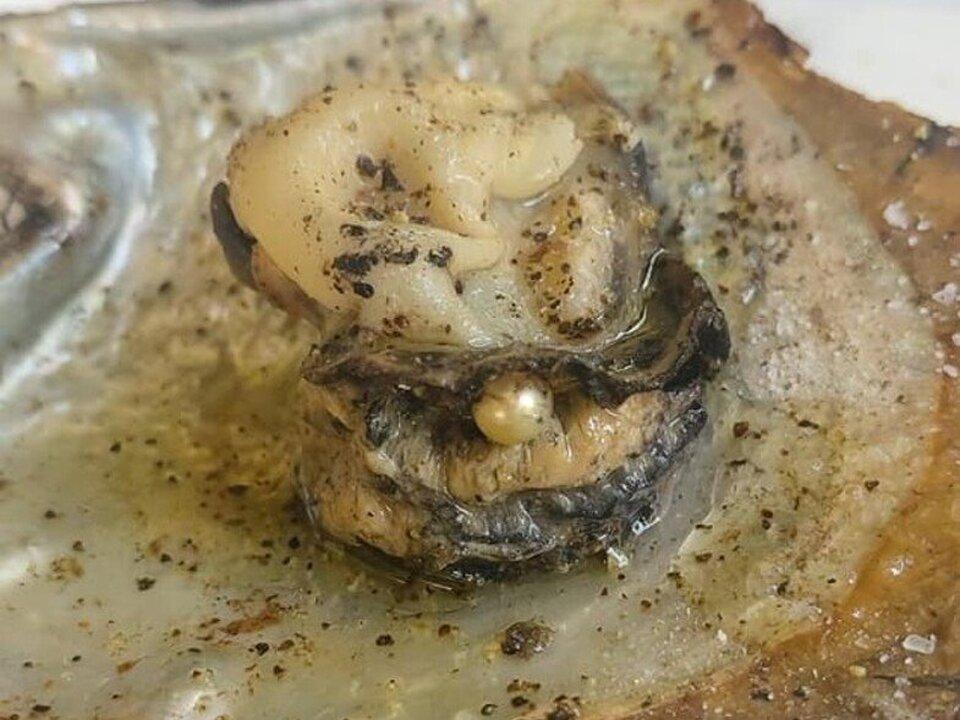 Ιδιοκτήτρια μεζεδοπωλείου στην Πάτρα βρήκε μαργαριτάρι σε στρείδι