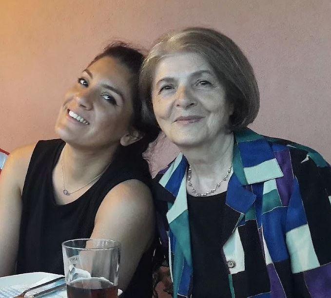 Η 76χρονη με μία από τις εγγονές της