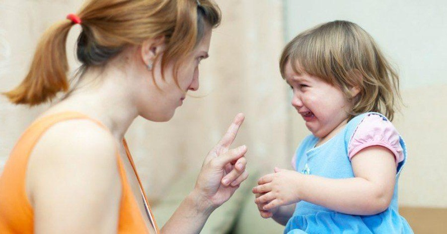 Υστερική μητέρα φωνάζει στα παιδιά