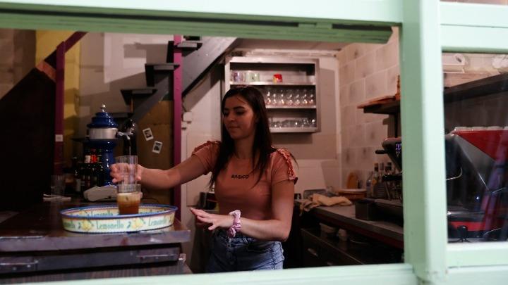Νοηματική γλώσσα σε καφέ μπαρ