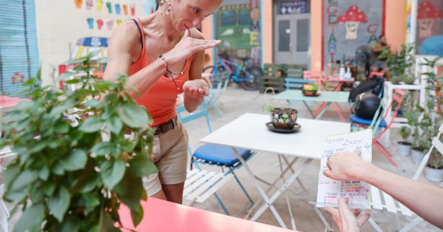 καφέ μπαρ προωθεί την νοηματική γλώσσα