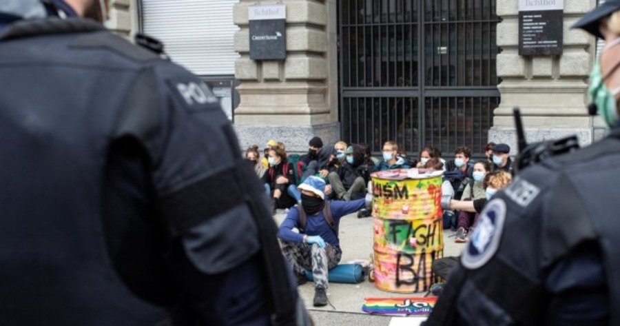 Ελβετία: Η αστυνομία απομάκρυνε ακτιβιστές για το κλίμα από το κέντρο της οικονομικής συνοικίας της Ζυρίχης