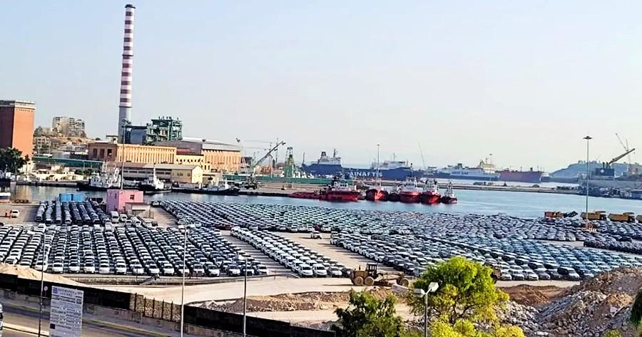 Καινούργια αυτοκίνητα στο λιμάνι του Πειραιά
