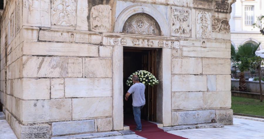 Μητρόπολη Αθηνών: Πλήθος κόσμου συγκεντρώνεται για να αποχαιρετήσει τον Μίκη Θεοδωράκη